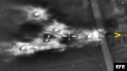 Captura de video de un ataque aéreo llevado a cabo por las fuerzas rusas contra posiciones del Estado Islámico. EFE
