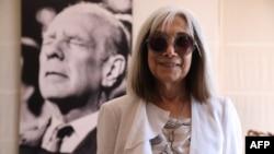 Maria Kodama, viuda de Jorge Luis Borges, posa junto a un retrato del escritor en Buenos Aires. (Ludovic MARIN/AFP)