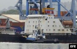 El barco norcoreano Chong Chon Gang en el muelle de Manzanillo, Colón.