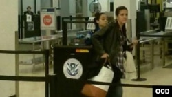 Rosa María Payá haciendo el chequeo de seguridad en el Aeropuerto Internacional de Miami.
