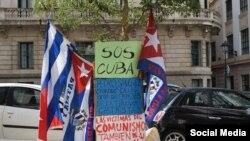 Carteles y banderas acompañan la protesta de Néstor Rodríguez Lobaina frente a la sede del gobierno de Islas Baleares. (Foto: Facebook)