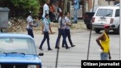 Operativo policial frente a la sede de las Damas de Blanco, en Lawton, La Habana, este 5 de junio. Foto: Angel Moya.