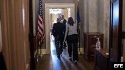 Líder de la Mayoria en el Senado el senador Mitch McConnell, con miembros de su equipo entran en su oficina este sábado para continuar trabajando en las propuestas a fin de evitar cierre del Gobierno.