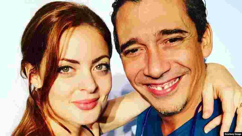 Claudia Valdés y Yurbram Luna posan para las fotos promocionales de la obra