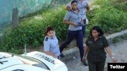 Agentes de la policía vigilan la sede de las Damas de Blanco. (Foto: Angel Moya)
