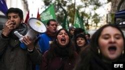 Protesta estudiantes en capital chilena finaliza con disturbios y detenidos