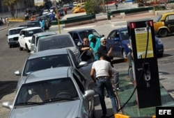 Conductores abastecen sus autos de combustible hoy, viernes 31 de marzo de 2017, en una gasolinera de La Habana (Cuba). Cuba limitará a partir de mañana la venta de gasolina especial solo a los autos rentados por turistas, una medida que aún no se ha hec