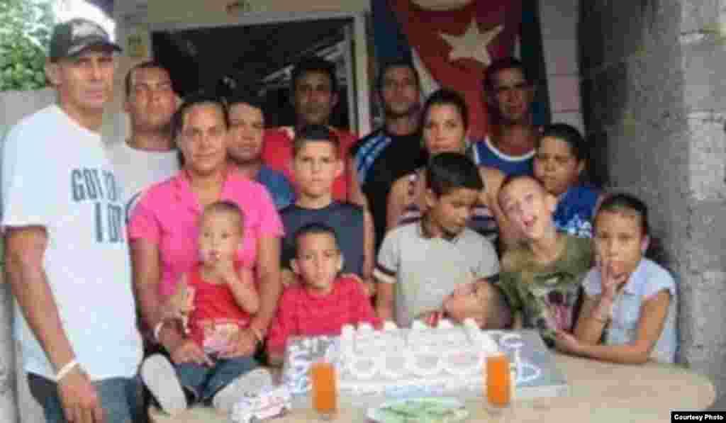 Celebración en el pueblo cautivo López Peña con niños de la comunidad