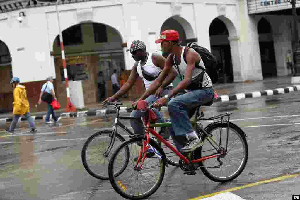El Gobierno cubano planea recuperar el uso de la bicicleta como una de las alternativas para enfrentar los problemas de transporte público, según indicó el vicepresidente, Marino Murillo. EFE/Alejandro Ernesto