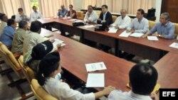 Los negociadores del gobierno de Colombia y de las FARC (de espaldas en la foto) dialogan en La Habana.