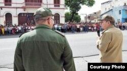 Raúl Castro (d) visita Santiago de Cuba antes del paso del huracán Matthew en 2016. Luego no visitó las zonas afectadas.