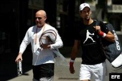 El entrenador Andre Agassi (i), junto al tenista Novak Djokovic (d).