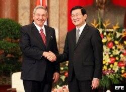 ARCHIVO. El presidente de Vietnam, Truong Tan Sang recibe a Raúl Castro en Hanoi, Vietnam, en julio de 2012.