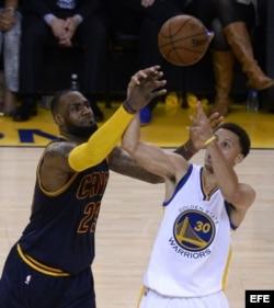 LeBron James de Cavaliers ante Stephen Curry de Warriors (i-d).