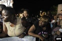 Manifestantes reaccionan al veredicto de inocencia en el juicio de George Zimmerman en el Centro de Justicia Criminal del Condado de Seminole en Sanford, Florida.