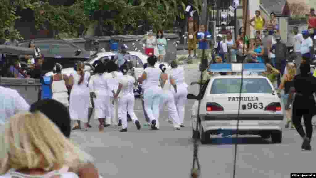 Violencia contra las Damas de Blanco el martes 29 de marzo al culminar el Té Literario en la sede del grupo de Lawton.