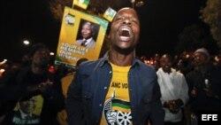 Un seguidor del Congreso Nacional Africano ora por el expresidente sudafricano Nelson Mandela.