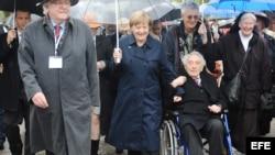 Angela Merkel con el sobreviviente de Dachau Max Mannheimer.