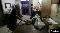 La hora de preparar la comida en una casa de La Habana Vieja. REUTERS/Claudia Daut