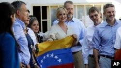Ivanka Trump, hija del presidente Donald Trump y asesora de la Casa Blanca, sostiene una bandera venezolana en un refugio para migrantes en La Parada, cerca de Cúcuta, Colombia, el miércoles 4 de septiembre de 2019. (Foto AP / Fernando Vergara).