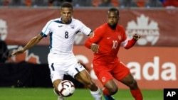 Junior Hoilett (10) y el mediocampista cubano Alejandro Portal (8) en Toronto, Sept. 7, 2019. (Cole Burston/The Canadian Press via AP)