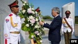 Didier Reynders coloca una ofrenda floral frente a la estatua del apóstol José Martí, en La Habana.