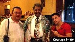 """""""La Cobra"""" Santana a la derecha, con el promotor Don King y el autor"""