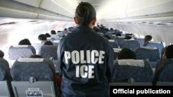 Una operación de deportación supervisada por ICE.