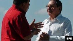 Hugo Chávez (i), y Raúl Castro (d), conversan el 21 de diciembre de 2007 en la IV Cumbre de Petrocaribe, celebrada en Cienfuegos.