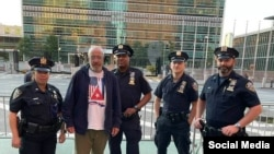 Nacho Rocha, junto a policías de Nueva York que custodian los alrededores de la sede de la ONU, donde realiza su huelga de hambre por Cuba.