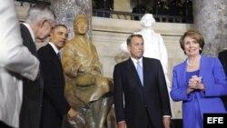 El presidente estadounidense, Barack Obama (2-i), el presidente de la Cámara de Representantes, el republicano John Boehner (2-d), el líder de la mayoría demócrata en el Senado, Harry Reid (i), y la líder de la minoría demócrata en la cámara baja, Nancy Pelosi