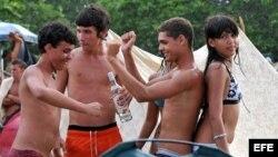 Jóvenes consumiendo alcohol en la playa, durante el Festival Rotilla.