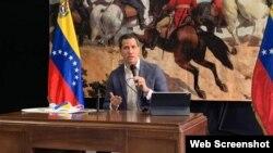 El líder opositor venezolano Juan Guaidó durant euna conferencia de prensa en Caracas. (Foto: VOA)