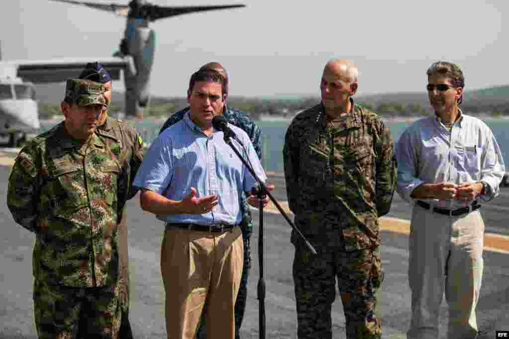 Desde la izquierda, el comandante general de las Fuerzas Militares de Colombia, Juan Pablo Rodríguez, el ministro de Defensa, Juan Carlos Pinzón, el comandante general del comando sur estadounidense, John F. Kelly, y el embajador de Estados Unidos en Colo