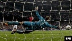 El portero del Bayern de Munich Manuel Neuer intenta detener el balón