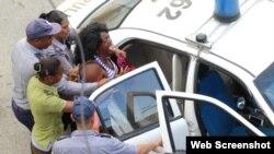 Berta Soler en el momento que era detenida el viernes 15 de marzo de 2019.