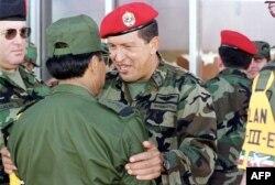 Hugo Chávez con el entonces Ministro de Defensa de Venezuela Raúl Salazar el 30 de diciembre de 1999 (Foto: Archivo/AFP).