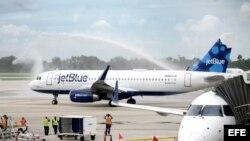 Vista del vuelo 387 de JetBlue bajo un arco de chorros de agua en la pista del Aeropuerto Internacional de Fort Lauderdale, Florida, Estados Unidos hoy, 31 de agosto de 2016.