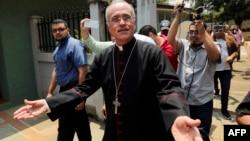 El obispo auxiliar de Managua, Silvio Báez, rodeado de periodistas tras conocerse la noticia de que el papa Francisco lo ha llamado a trasladarse a Roma.