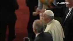 El Papa utiliza el local de una hamburguesería para asearse durante su visita a Santa Cruz