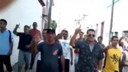 Protestan trabajadores frente a la sede de gobierno en Holguín