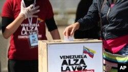 Una mujer venezolana en Colombia acude a las urnas el 12 de diciembre de 2020. (AP Photo/Fernando Vergara).