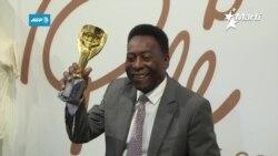 El astro del fútbol mundial Pele, sale del hospital.