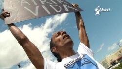 Artistas exiliados escenifican en público represión gubernamental en Cuba