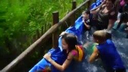 Campesinos cubanos improvisan una piscina rodante