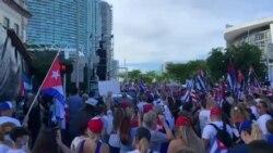 Cubanos exiliados en Miami acudieron a la Torre de la Libertad para exigir la libertad de Cuba